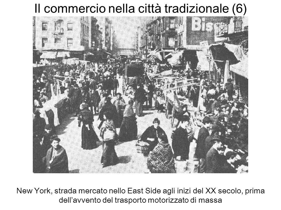 Il commercio nella città tradizionale (6) New York, strada mercato nello East Side agli inizi del XX secolo, prima dellavvento del trasporto motorizza