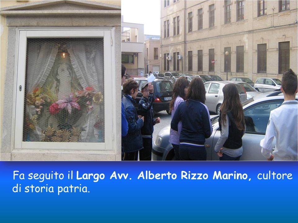Alla fine della Via Santa Caterina, sulla destra, si trova una rientranza che comunica con uno slargo, Piazza San Basilio. Dritto alla piazzetta cè Vi