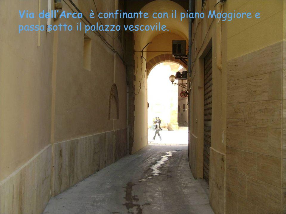 Via Santa Maria La Nuova dopo un tragitto tortuoso, si immette nella via dellArco.