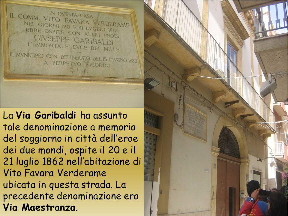 Nella Via Garibaldi vi hanno luogo, gli edifici nobiliari Scuderi, DAndrea, Burgio, Marchese Favara Verderame, Principe Maccagnone di Granatelli.