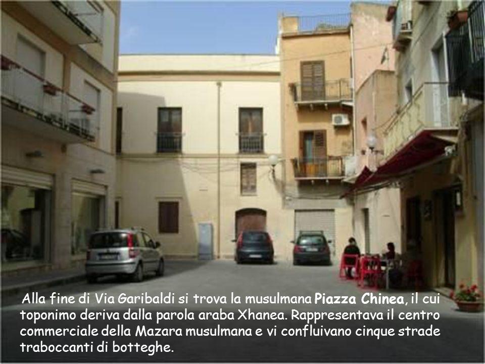 Lo slargo sulla Via Garibaldi, è la Piazzetta Villani prima chiamata piazzetta Burgio. Sul muro di palazzo Villani sono ancora infissi degli anelli in