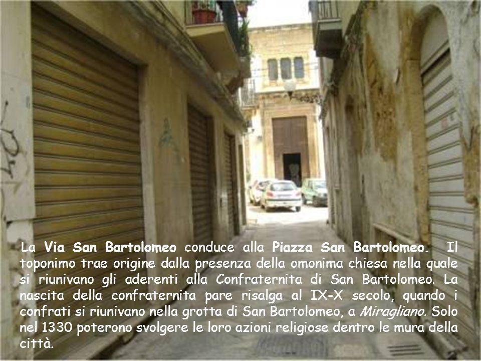 La Via Paolo Ferro un tempo era nota come la vanella delle corna. A metà strada si dirama il vicolo della pietà che congiunge la Via Paolo Ferro alla