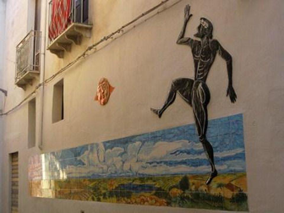 La Via San Francesco collega la via Bagno alla piazza San Francesco. Dalla via si può vedere lentrata al cortine Sataliviti (catinella celebre bandito
