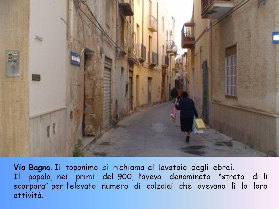Vicolo Vipera ha un percorso sinuoso che giustifica la sua denominazione. La pavimentazione presenta lantico lastrico medievale composto da ciottoli a