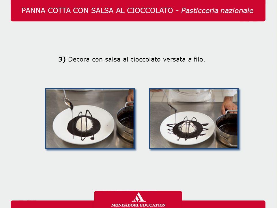 3) Decora con salsa al cioccolato versata a filo. PANNA COTTA CON SALSA AL CIOCCOLATO - Pasticceria nazionale