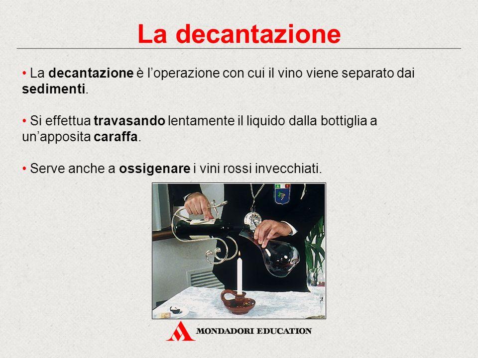 La decantazione è l'operazione con cui il vino viene separato dai sedimenti. Si effettua travasando lentamente il liquido dalla bottiglia a un'apposit