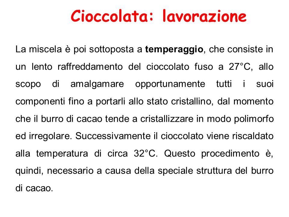 La miscela è poi sottoposta a temperaggio, che consiste in un lento raffreddamento del cioccolato fuso a 27°C, allo scopo di amalgamare opportunamente