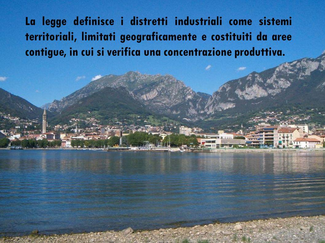La legge definisce i distretti industriali come sistemi territoriali, limitati geograficamente e costituiti da aree contigue, in cui si verifica una concentrazione produttiva.