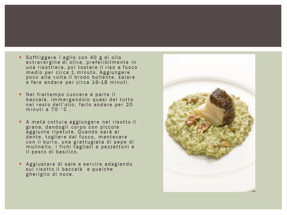  Soffriggere l'aglio con 40 g di olio extravergine di oliva, preferibilmente in una risottiera, poi tostare il riso a fuoco medio per circa 1 minuto.