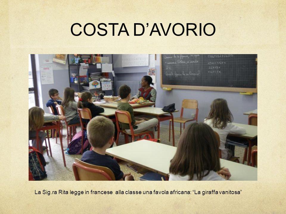 """COSTA D'AVORIO La Sig.ra Rita legge in francese alla classe una favola africana: """"La giraffa vanitosa"""""""