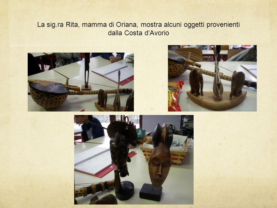 La sig.ra Rita, mamma di Oriana, mostra alcuni oggetti provenienti dalla Costa d'Avorio