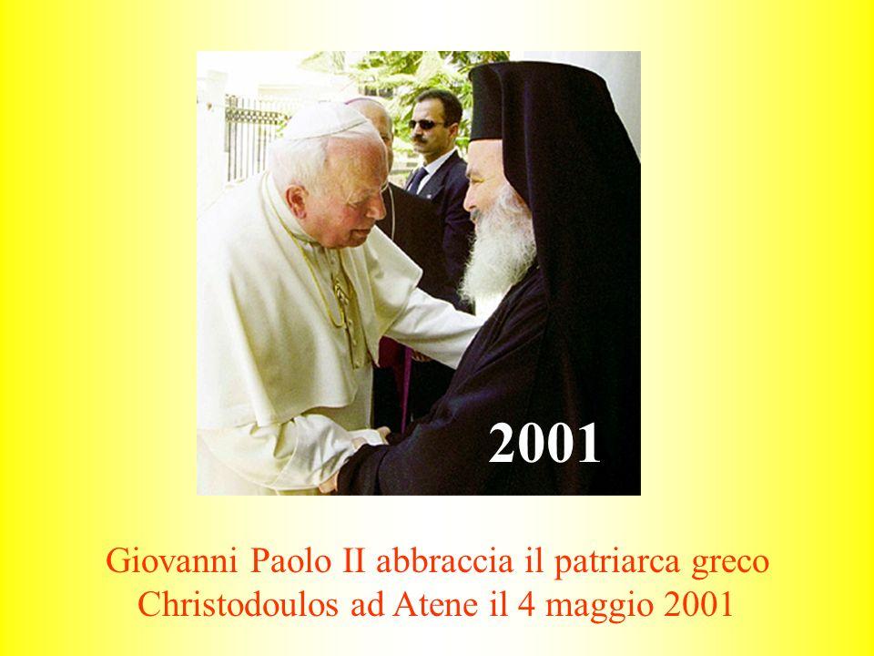 Giovanni Paolo II abbraccia il patriarca greco Christodoulos ad Atene il 4 maggio 2001 2001