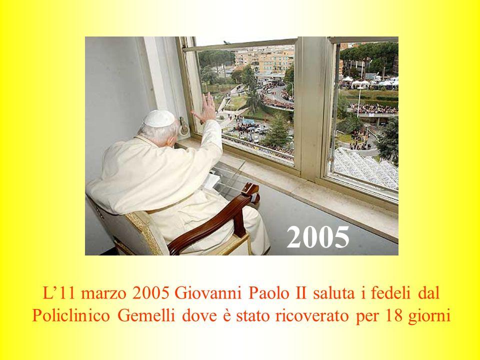 2005 L'11 marzo 2005 Giovanni Paolo II saluta i fedeli dal Policlinico Gemelli dove è stato ricoverato per 18 giorni