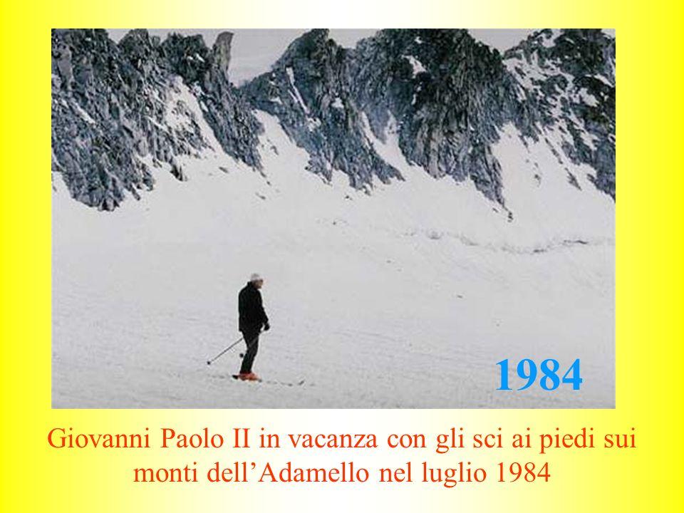 Giovanni Paolo II in vacanza con gli sci ai piedi sui monti dell'Adamello nel luglio 1984 1984