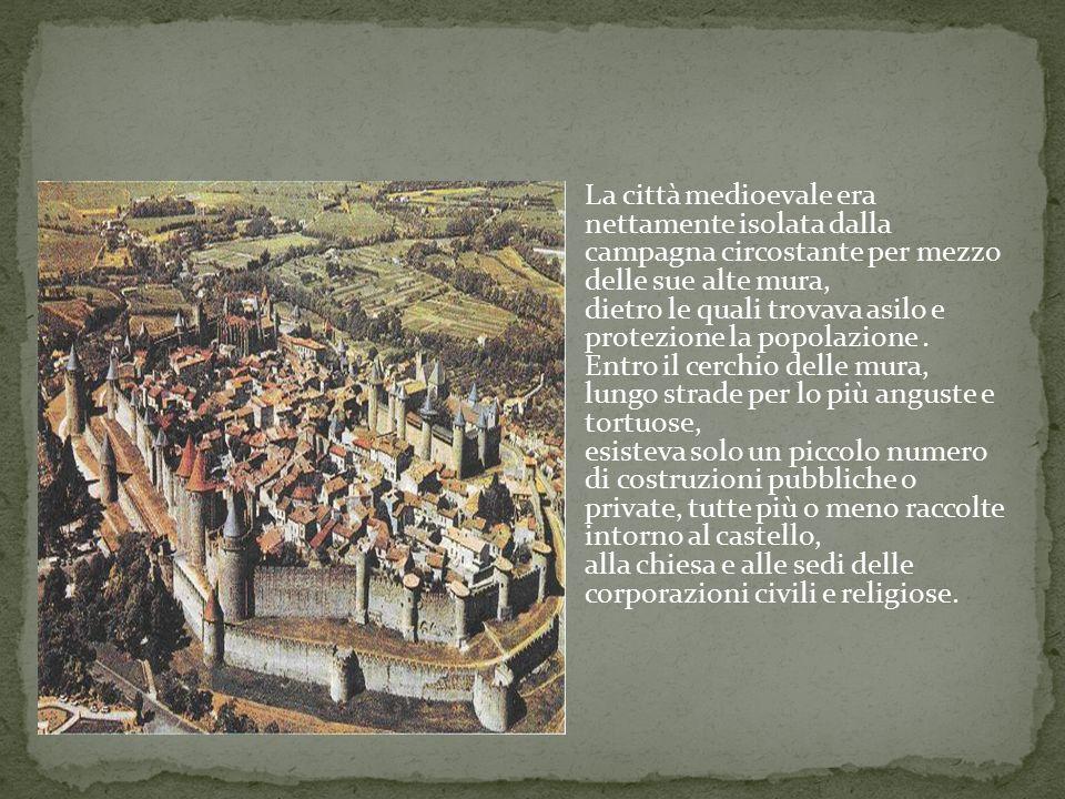 La città medioevale era nettamente isolata dalla campagna circostante per mezzo delle sue alte mura, dietro le quali trovava asilo e protezione la popolazione.