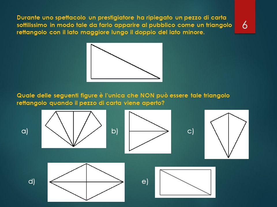 Durante uno spettacolo un prestigiatore ha ripiegato un pezzo di carta sottilissimo in modo tale da farlo apparire al pubblico come un triangolo retta