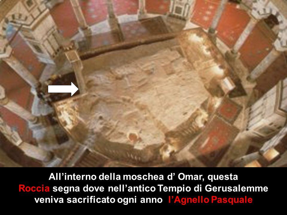 All'interno della moschea d' Omar, questa Roccia segna dove nell'antico Tempio di Gerusalemme veniva sacrificato ogni anno l'Agnello Pasquale