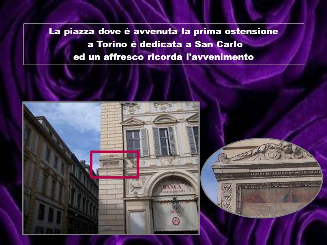 La piazza dove è avvenuta la prima ostensione a Torino è dedicata a San Carlo ed un affresco ricorda l'avvenimento