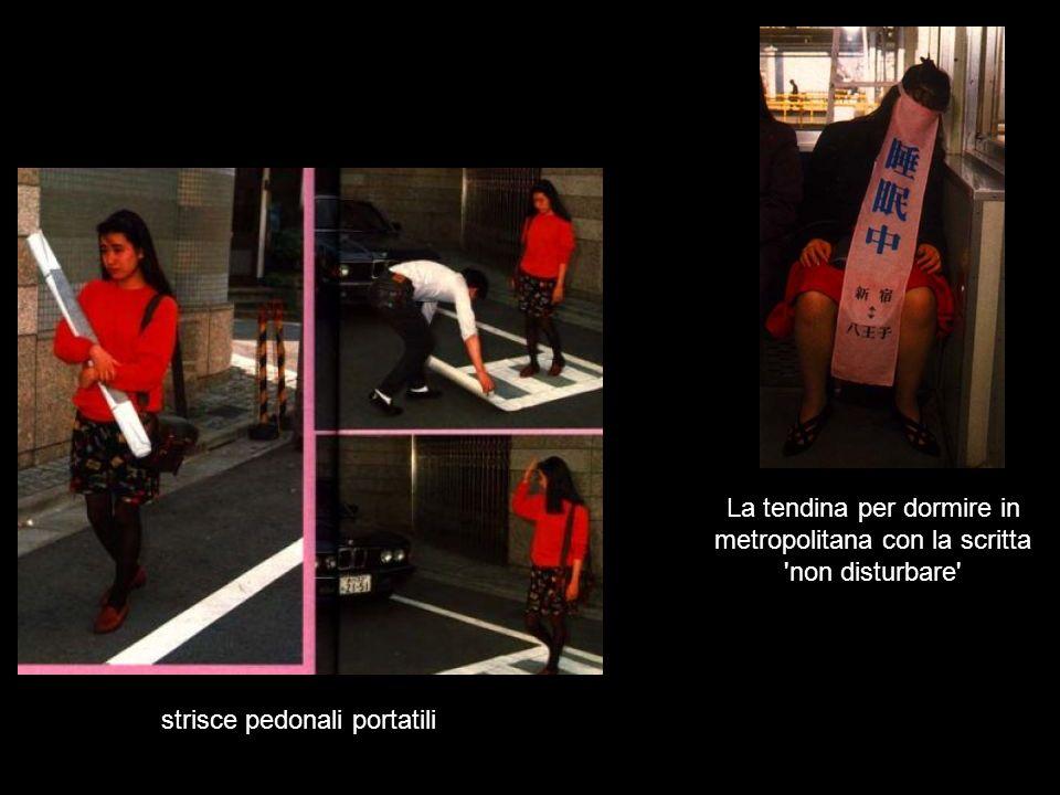 strisce pedonali portatili La tendina per dormire in metropolitana con la scritta 'non disturbare'