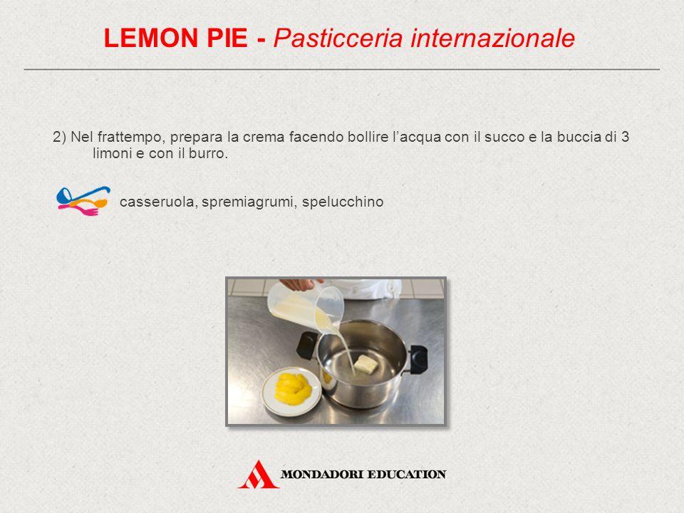 2) Nel frattempo, prepara la crema facendo bollire l'acqua con il succo e la buccia di 3 limoni e con il burro.