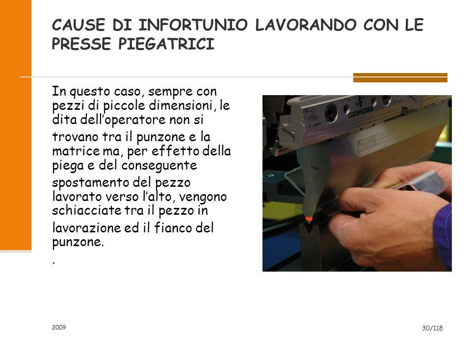 2009 30/118 CAUSE DI INFORTUNIO LAVORANDO CON LE PRESSE PIEGATRICI In questo caso, sempre con pezzi di piccole dimensioni, le dita dell'operatore non