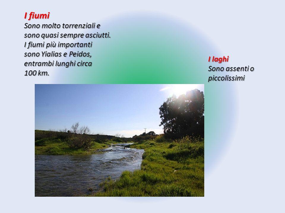 I fiumi Sono molto torrenziali e sono quasi sempre asciutti. I fiumi più importanti sono Yialias e Peidos, entrambi lunghi circa 100 km. I laghi Sono