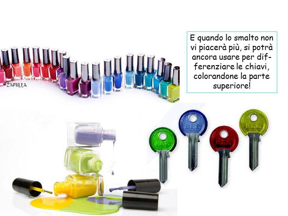 Con ombretti o ciprie si può colorare lo smalto trasparente: basta prelevare un po' di ombretto compatto, ri- durlo in polvere schiac- ciandolo bene c