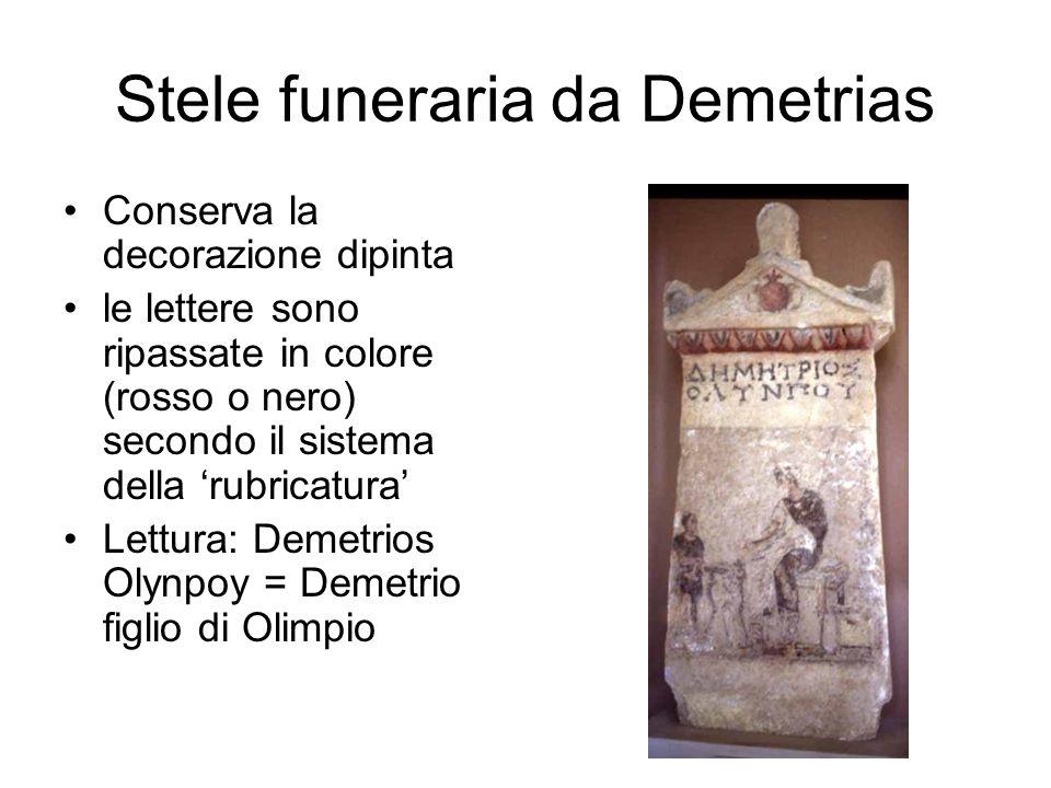 Stele funeraria da Demetrias Conserva la decorazione dipinta le lettere sono ripassate in colore (rosso o nero) secondo il sistema della 'rubricatura'
