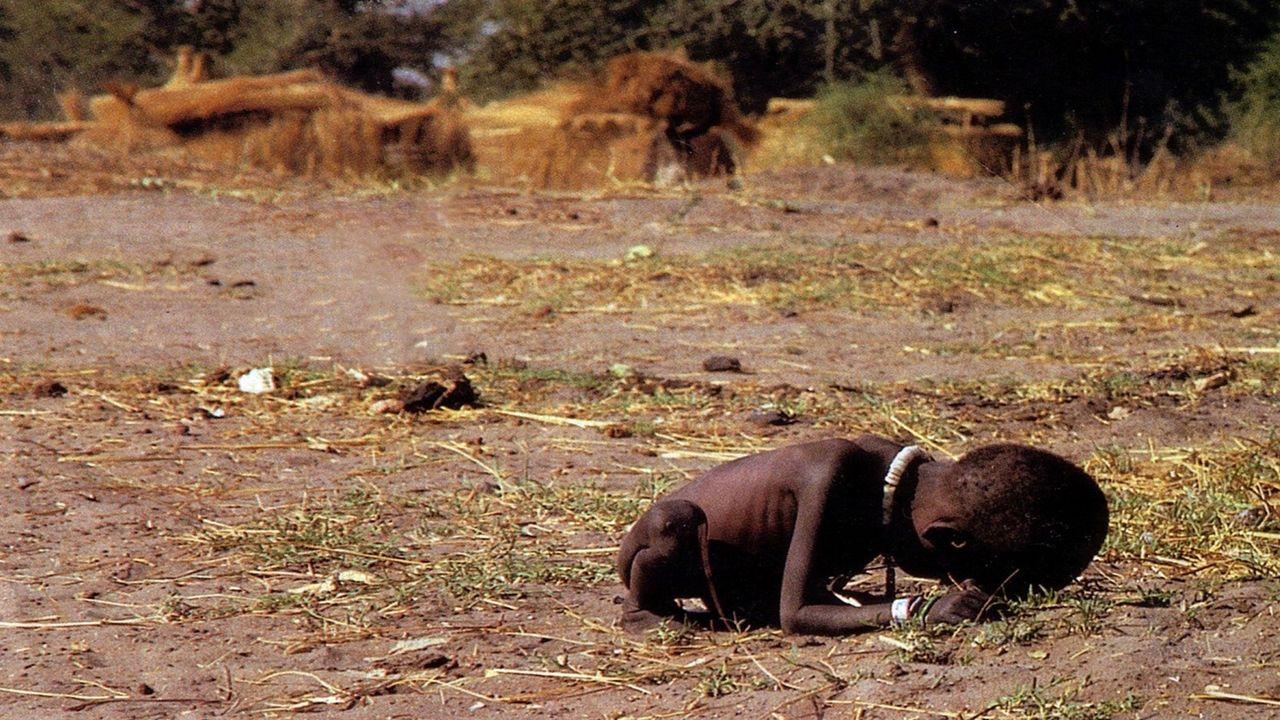 1994 – Kevin Carter, Sudan, La bambina e l'avvoltoio LE IMMAGINI «… se ne facessi la descrizione per iscritto potrei impiegare venti pagine per descrivere ci ò che ho colto compiutamente in alcuni istanti » (Eug è ne Delacroix)