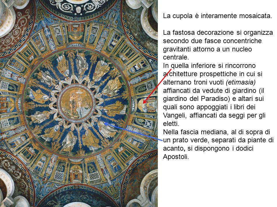 La cupola è interamente mosaicata. La fastosa decorazione si organizza secondo due fasce concentriche gravitanti attorno a un nucleo centrale. In quel