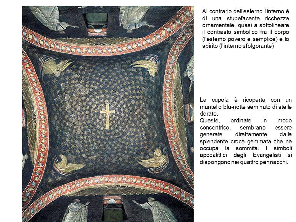 Al contrario dell'esterno l'interno è di una stupefacente ricchezza ornamentale, quasi a sottolineare il contrasto simbolico fra il corpo (l'esterno p