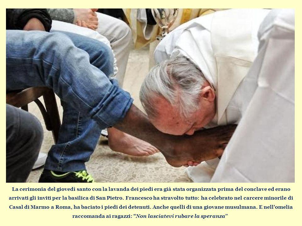 La cerimonia del giovedì santo con la lavanda dei piedi era già stata organizzata prima del conclave ed erano arrivati gli inviti per la basilica di San Pietro.