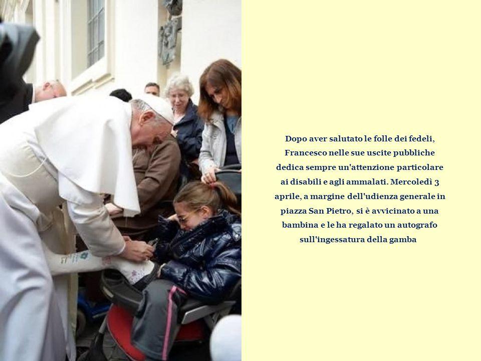 Dopo aver salutato le folle dei fedeli, Francesco nelle sue uscite pubbliche dedica sempre un attenzione particolare ai disabili e agli ammalati.