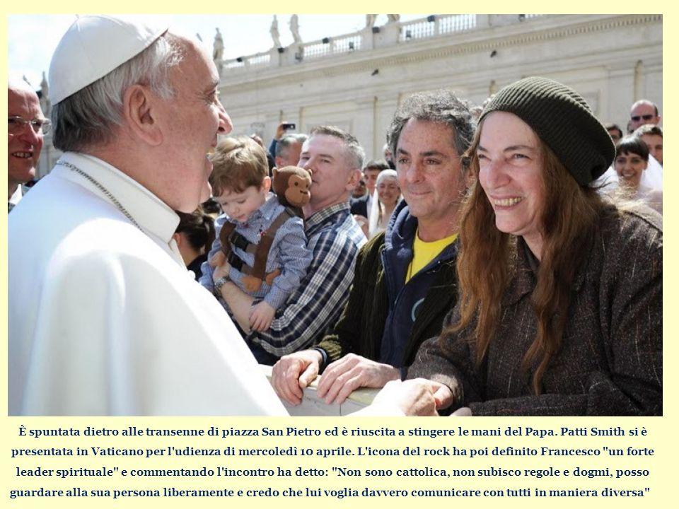 È spuntata dietro alle transenne di piazza San Pietro ed è riuscita a stingere le mani del Papa.