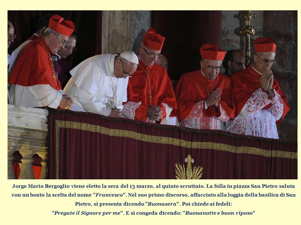 Jorge Mario Bergoglio viene eletto la sera del 13 marzo, al quinto scrutinio.