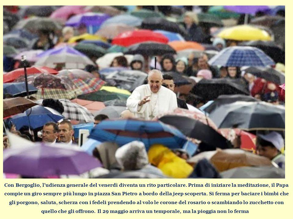 Con Bergoglio, l udienza generale del venerdì diventa un rito particolare.