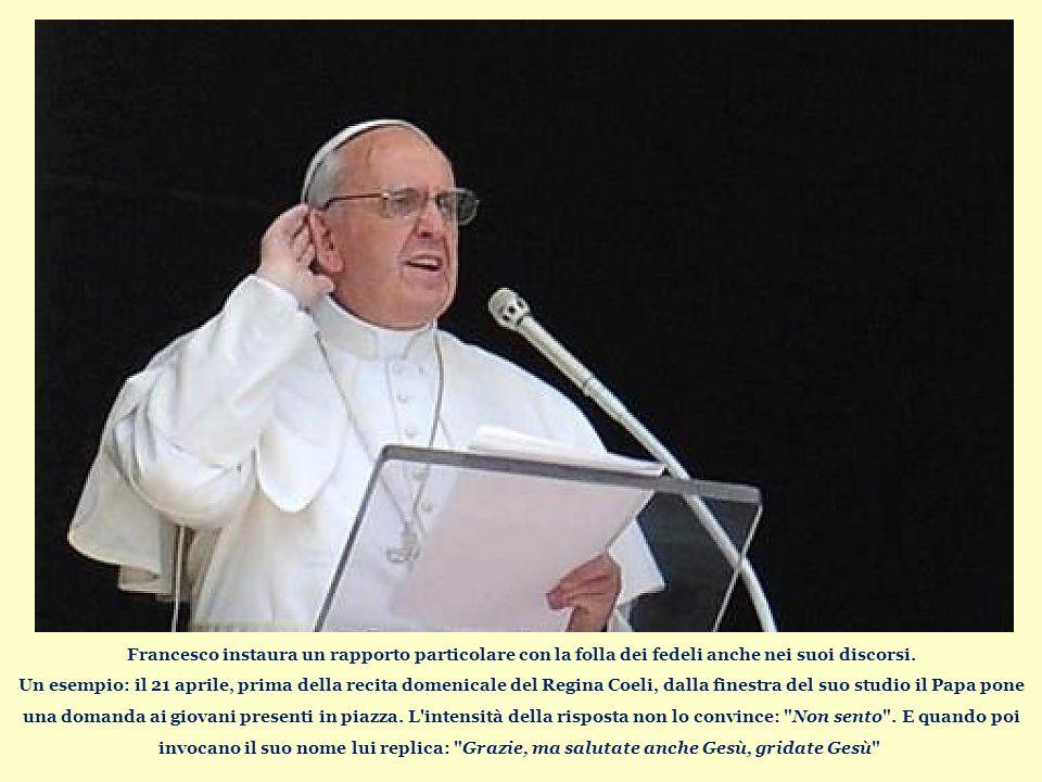 Francesco instaura un rapporto particolare con la folla dei fedeli anche nei suoi discorsi.