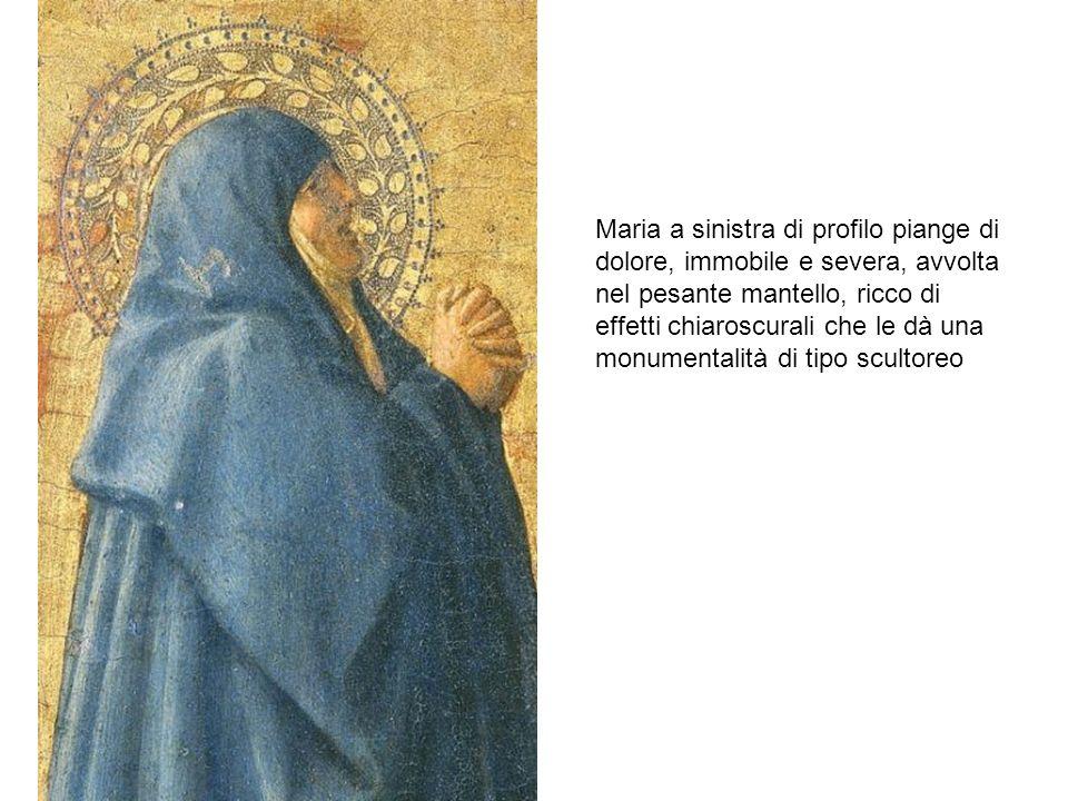 Maria a sinistra di profilo piange di dolore, immobile e severa, avvolta nel pesante mantello, ricco di effetti chiaroscurali che le dà una monumental