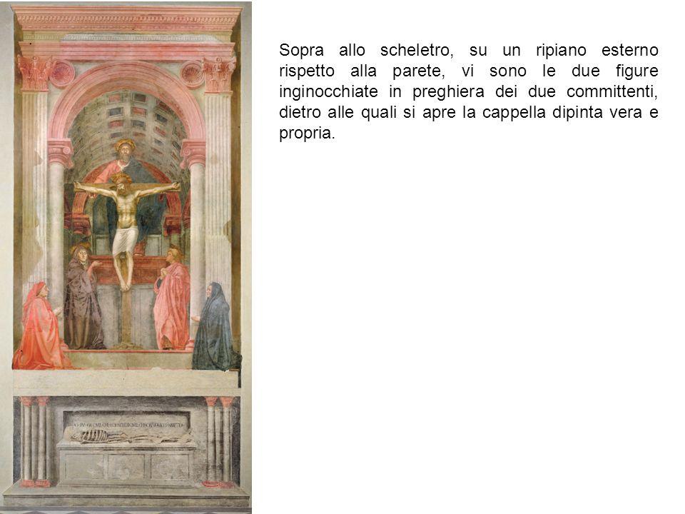 Sopra allo scheletro, su un ripiano esterno rispetto alla parete, vi sono le due figure inginocchiate in preghiera dei due committenti, dietro alle qu