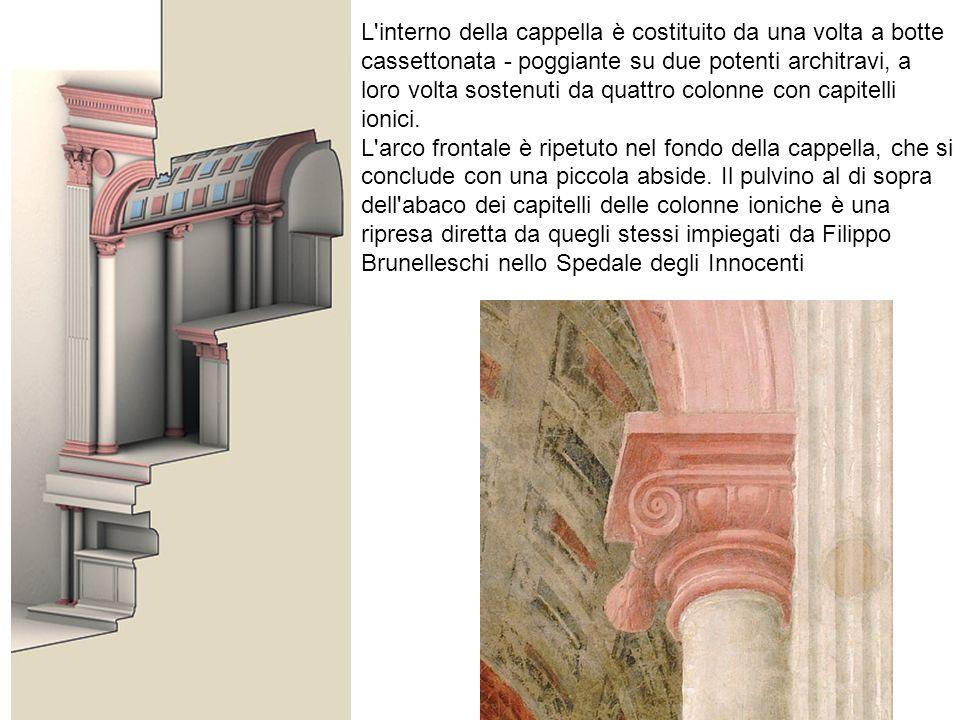 L interno della cappella è costituito da una volta a botte cassettonata - poggiante su due potenti architravi, a loro volta sostenuti da quattro colonne con capitelli ionici.