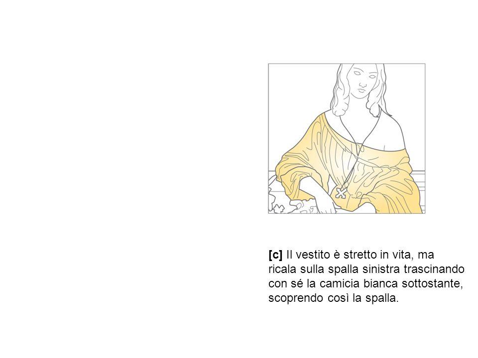 [c] Il vestito è stretto in vita, ma ricala sulla spalla sinistra trascinando con sé la camicia bianca sottostante, scoprendo così la spalla.
