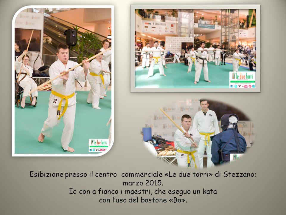 Esibizione presso il centro commerciale «Le due torri» di Stezzano; marzo 2015. Io con a fianco i maestri, che eseguo un kata con l'uso del bastone «B