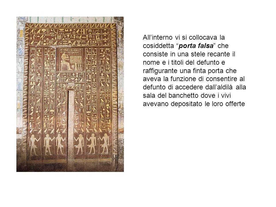 """All'interno vi si collocava la cosiddetta """"porta falsa"""" che consiste in una stele recante il nome e i titoli del defunto e raffigurante una finta port"""