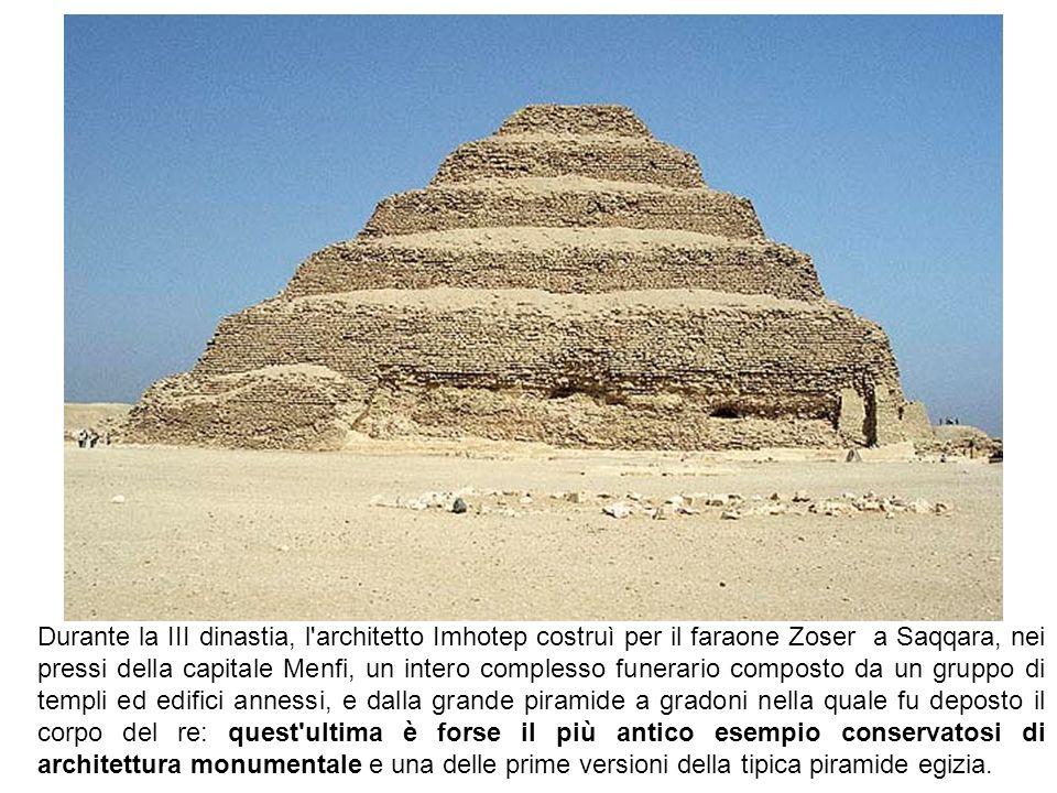 Durante la III dinastia, l'architetto Imhotep costruì per il faraone Zoser a Saqqara, nei pressi della capitale Menfi, un intero complesso funerario c