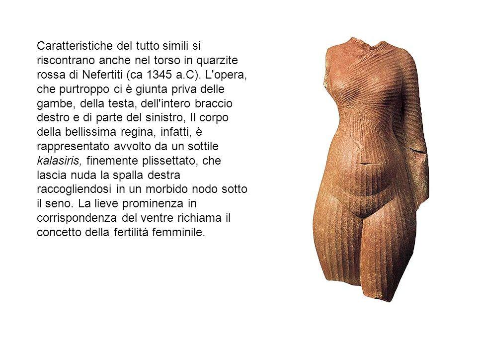 Caratteristiche del tutto simili si riscontrano anche nel torso in quarzite rossa di Nefertiti (ca 1345 a.C). L'opera, che purtroppo ci è giunta priva