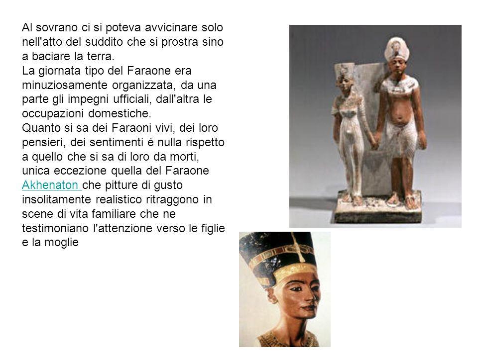 La solennità delle rappresentazioni scultoree egizie viene meno solo quando si raffigurano servi intenti ai loro lavori.
