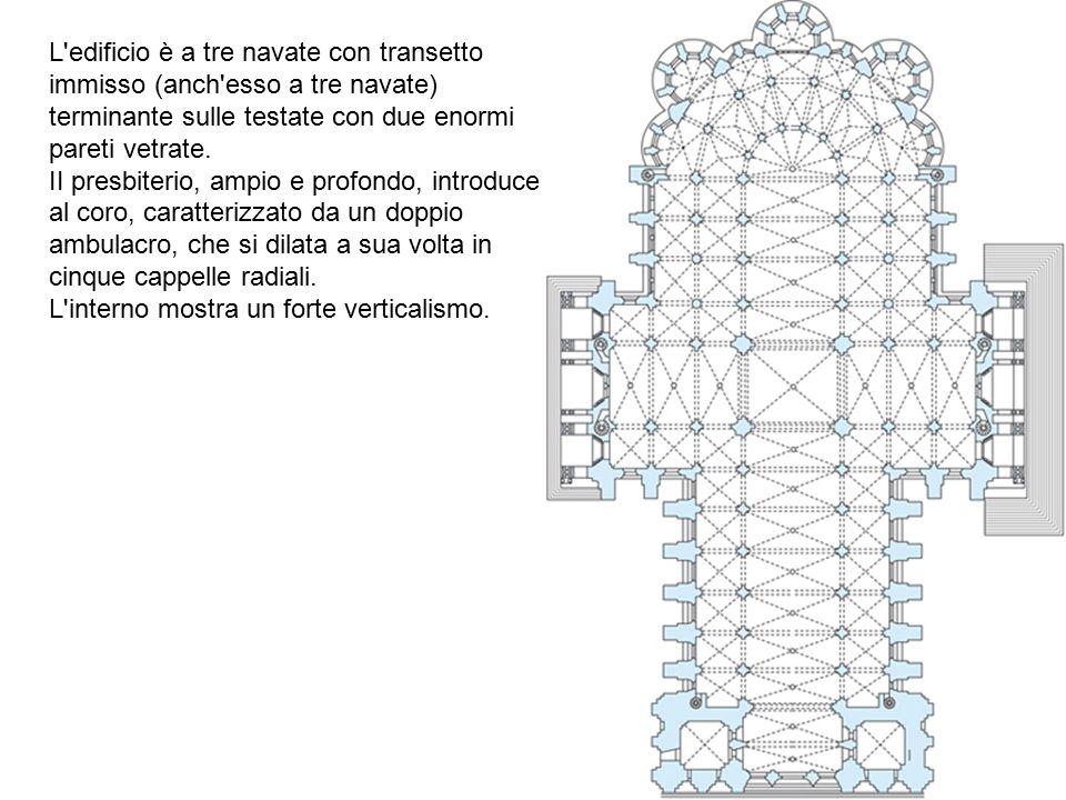 L'edificio è a tre navate con transetto immisso (anch'esso a tre navate) terminante sulle testate con due enormi pareti vetrate. II presbiterio, ampio