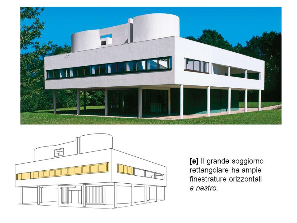 [e] Il grande soggiorno rettangolare ha ampie finestrature orizzontali a nastro.