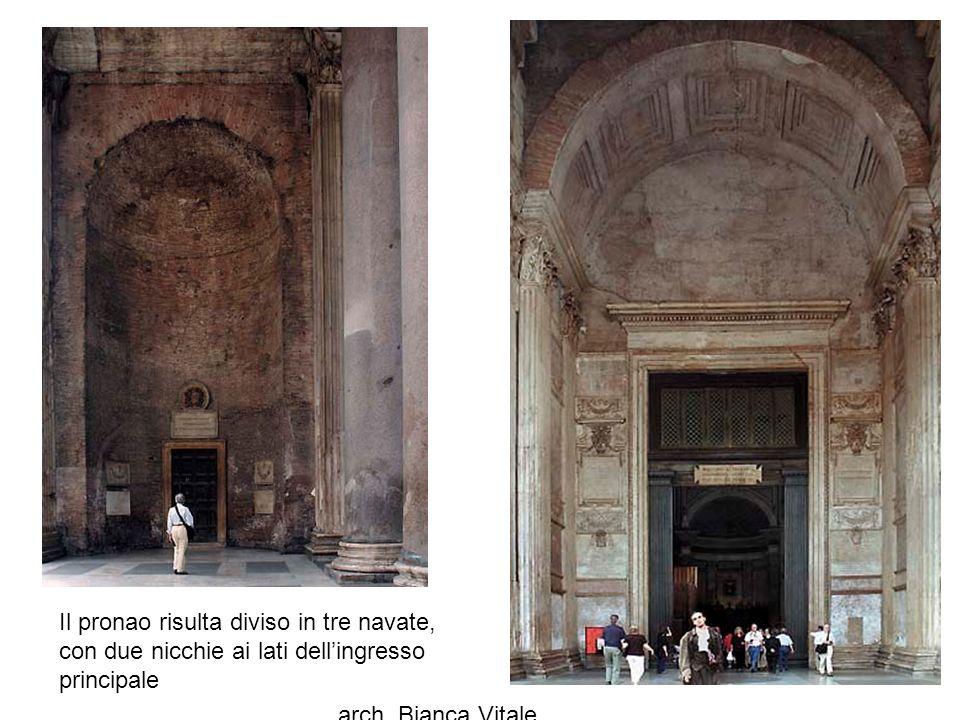arch. Bianca Vitale 33 Il pronao risulta diviso in tre navate, con due nicchie ai lati dell'ingresso principale