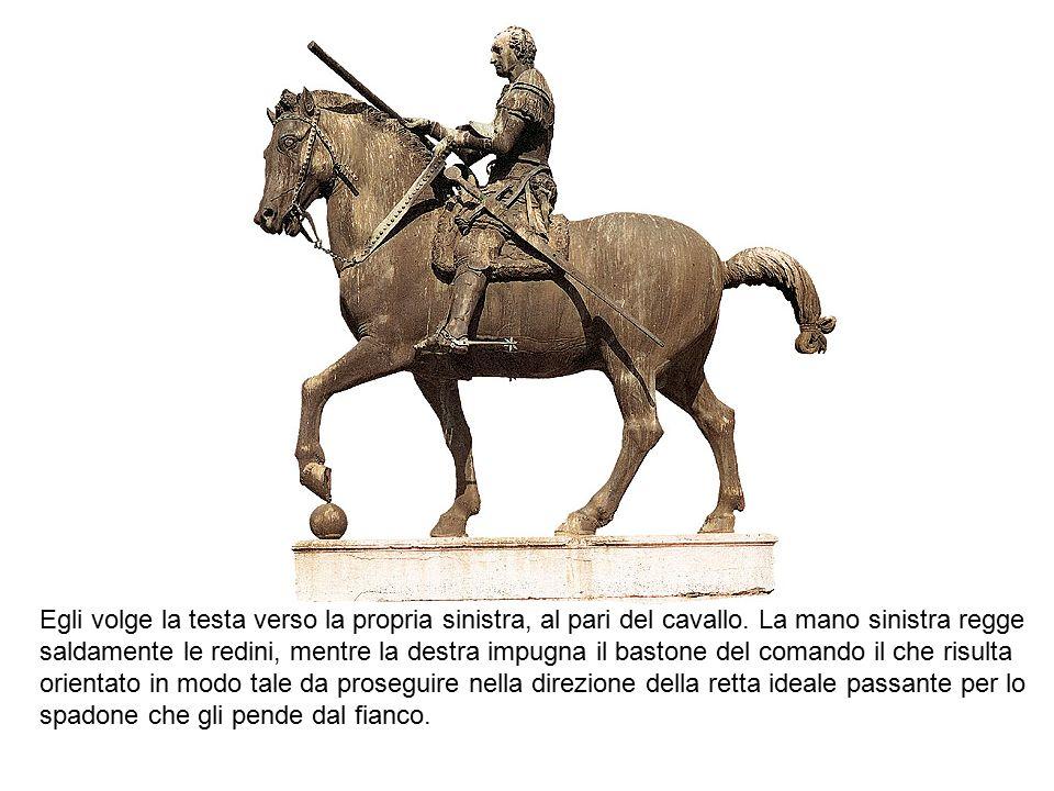 Egli volge la testa verso la propria sinistra, al pari del cavallo. La mano sinistra regge saldamente le redini, mentre la destra impugna il bastone d